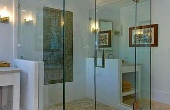 Зачем может понадобиться душевая стеклянная дверь?